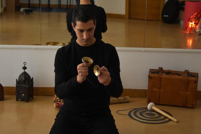 Zuel tocando unos tingshas tibetanos